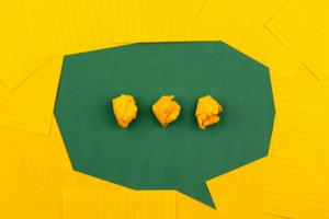 Sprechblase aus gelbem und grünem Papier