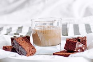 Eiskaffee und Brownies